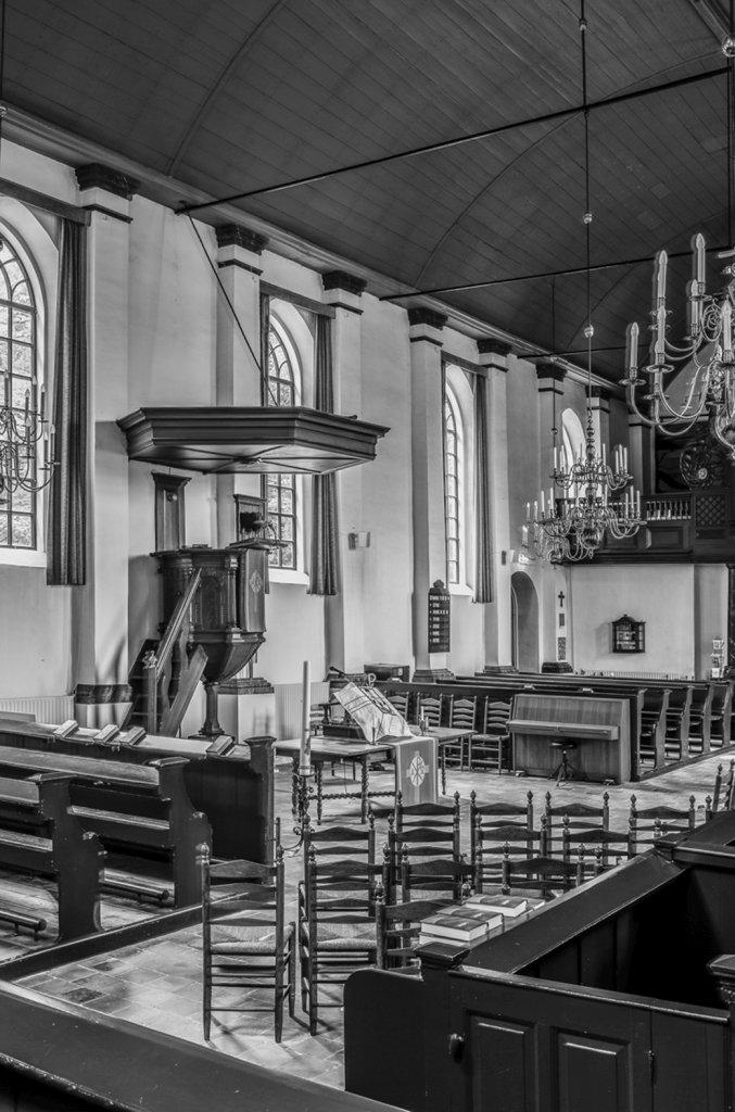 Interieur kerk Dalen, met de oude preekstoel